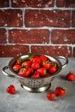在滤锅的成熟草莓 免版税图库摄影