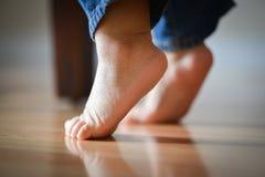 在漂亮的脚趾的婴儿的珍贵的脚-无罪概念 免版税库存照片