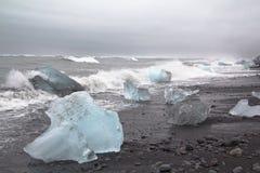 在漂在海上的难船& Jetsam的冰冷的作为 库存照片