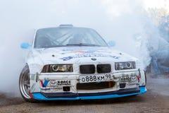 在漂泊展示的BMW 3系列driftcar灼烧的轮胎 库存照片