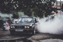 在漂泊展示的BMW 3系列driftcar灼烧的轮胎 免版税库存照片
