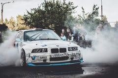 在漂泊展示的BMW 3系列driftcar灼烧的轮胎 库存图片