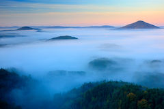 在漂泊瑞士公园秋天谷的冷的有薄雾的有雾的早晨  与雾,捷克的风景的小山 库存图片