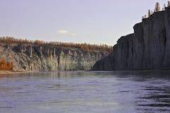 在漂流和钓鱼期间的西伯利亚taiga福尔里弗 免版税库存照片