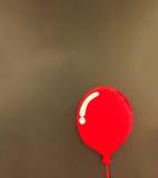 在漂浮在与Copyspace的角落的发光的红色气球设计样式的一个3d红色软的蓬松枕头在抽象黑褐色墙壁上 库存照片