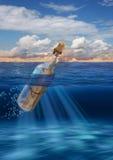 在漂浮在公海的瓶的消息 免版税图库摄影