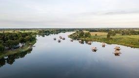 在漂浮在水库黄ta管国轰隆Mul Nak省Phichit泰国附近的木筏餐馆的航拍未看见 库存图片