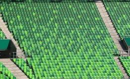 在漂白剂的绿色塑料体育场椅子行的 免版税库存图片