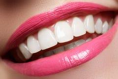 在漂白的以后完善微笑 牙齿保护和漂白牙 与伟大的牙的妇女微笑 微笑特写镜头以白色健康 库存照片