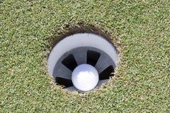 在漏洞的高尔夫球 库存照片