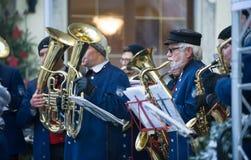 在演奏圣诞节歌曲的Neiderstetten和地方乐队的传统圣诞节市场 库存图片