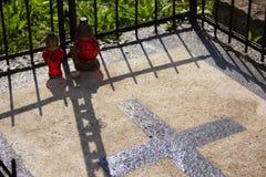 在演奏wwith阴影的公墓的两个蜡烛 免版税库存图片