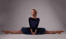 在演播室地板上分裂的芭蕾舞女演员展示 免版税库存图片