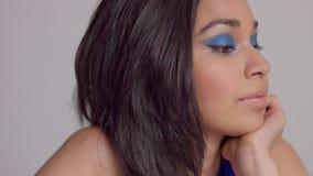 在演播室射击的混合的族种年轻女人withbright蓝色构成在电蓝色礼服 影视素材