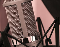 在演播室射击的声音话筒特写镜头 免版税库存图片