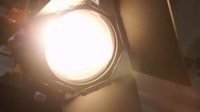 在演播室有frenela的一盏探照灯透镜 股票录像