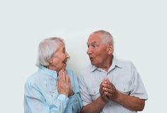 在演播室背景的年长夫妇 免版税库存图片