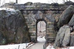 在漫步石头曲拱下的道路 图库摄影