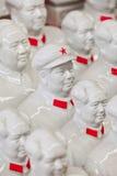 在潘家园市场,北京,中国上的汇集白色毛泽东雕塑 库存照片