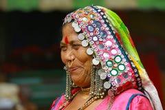 在潘达尔普尔节日期间,浦那,马哈拉施特拉,印度, 2017年6月,传统上加工好的妇女微笑 库存照片