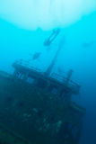 在潜水员船silhoettes击毁附近 免版税图库摄影