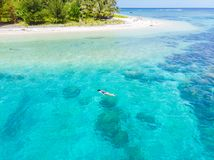 在潜航在珊瑚礁热带加勒比海,土耳其玉色水的人下的空中上面 印度尼西亚巴尼亚群岛苏门答腊, 免版税库存图片