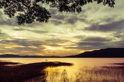 在潜逃Ta Klong水坝的清楚的天空日落 库存照片