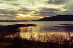 在潜逃Ta Klong水坝的清楚的天空日落 免版税库存照片