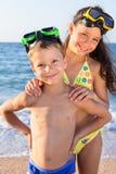 在潜水面具的两个孩子在海 免版税库存图片