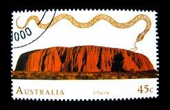 在澳大利亚打印的亦称邮票显示Uluru艾瑞斯岩石的图象在价值的在45分 库存照片