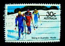 在澳大利亚打印的邮票在澳大利亚-在价值的北欧人显示滑雪的图象在30分 免版税图库摄影