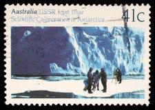 在澳大利亚打印的邮票显示冰川学,在南极研究的合作 库存照片