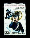 在澳大利亚打印的邮票显示殖民地军服`皇家维多利亚女王时代志愿者火炮`的图象 免版税图库摄影