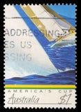 在澳大利亚打印的邮票显示竞争的游艇的图象美国` s杯 图库摄影