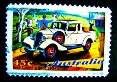 在澳大利亚打印的邮票显示经典汽车福特小轿车公共事业的图象在价值的1934年在45分 免版税库存图片