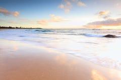 在澳大利亚海滩的美好的早晨光 免版税库存图片