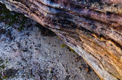 在澳大利亚灌木的岩层 库存图片