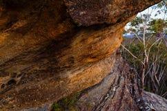在澳大利亚灌木的岩层 库存照片