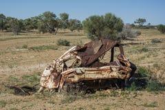 在澳大利亚的澳洲内地的中间老汽车击毁 免版税库存图片