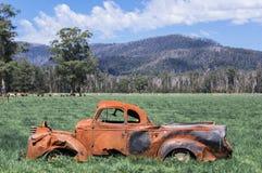 在澳大利亚领域的被击毁的,生锈的汽车在马里斯维尔附近 图库摄影