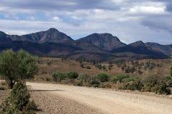 在澳洲内地高速公路和碎片的范围方式,碎片的范围,SA,澳大利亚之间的Moralana风景驱动 免版税库存图片