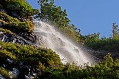 在瀑布下在冰川国家公园 库存图片