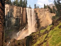 在瀑布下的彩虹在优胜美地 免版税库存图片