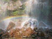 在瀑布下的彩虹 免版税图库摄影