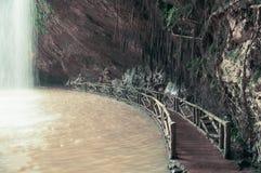 在瀑布下的桥梁,当迷离,定调子 库存图片