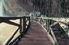 在瀑布下的桥梁,当迷离,定调子 图库摄影