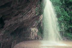 在瀑布下的桥梁,当迷离,定调子 库存照片