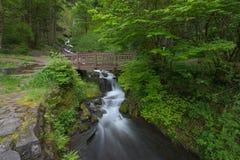 在瀑布之下的桥梁 免版税库存图片