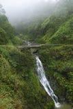 在瀑布之下的桥梁 免版税库存照片