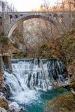 在瀑布之下的桥梁 库存照片